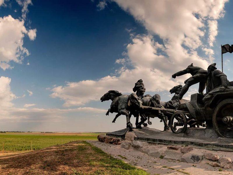 Институт нацпамяти хочет снести в Каховке монумент «Легендарная тачанка» — мэр обещает бороться за его сохранение
