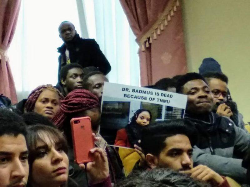 В Тернополе иностранные студенты устроили протест из-за смерти шестикурсницы медуниверситета (ФОТО)