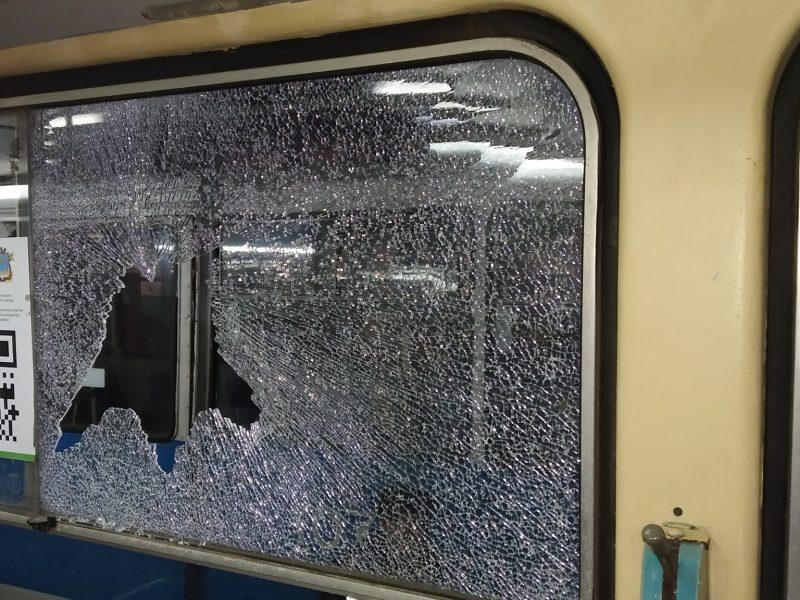 В Николаеве обстреляли трамвай с пассажирами – обошлось без пострадавших (ФОТО)