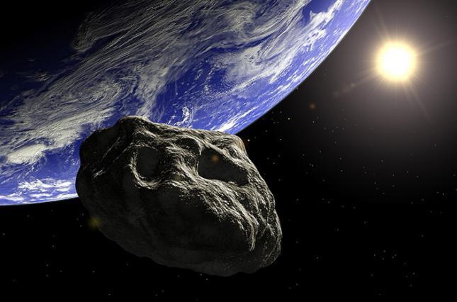 К Земле приближается астероид размером с Эйфелеву башню: стоит ли людям беспокоиться
