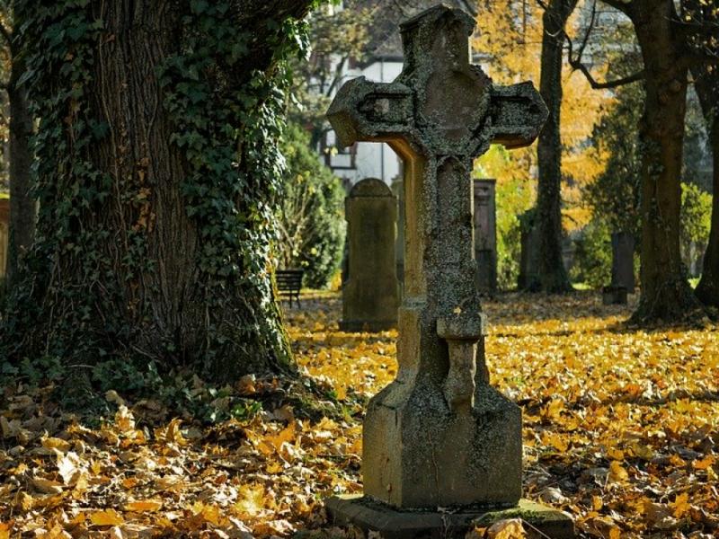 Месть бывшей жены: в Шотландии мужчина случайно обнаружил свою могилу на кладбище
