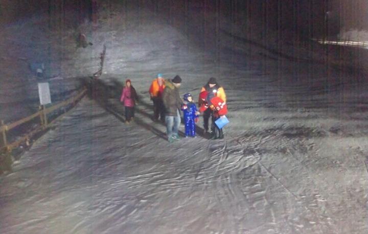 В Славском больше 2,5 на подъемнике провисели 32 лыжника, в том числе пятеро детей, – людей сняли спасатели (ФОТО, ВИДЕО)