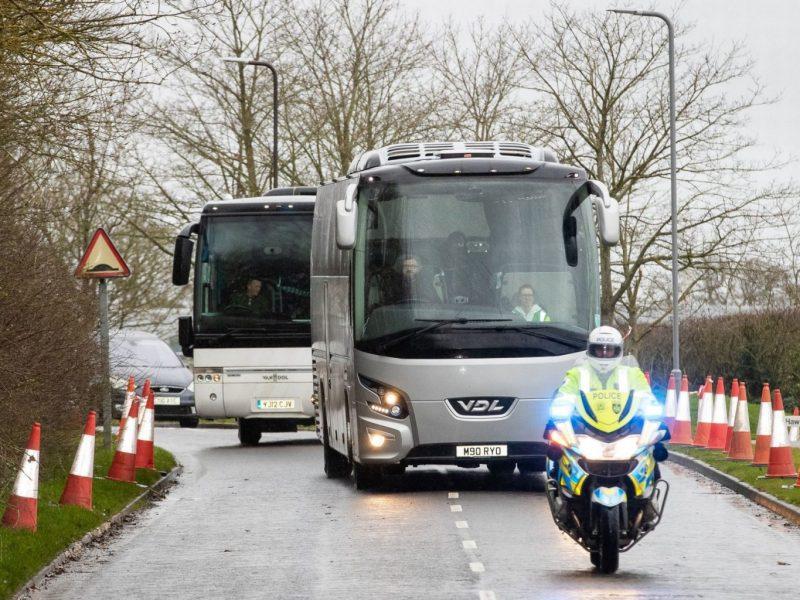 В Новые Санжары прибыли автобусы с эвакуированными, у одного из них разбили окно (ВИДЕО)