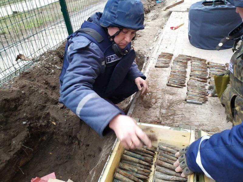 Почти сотню гранат и запалов нашли возле школы на Запорожье (ФОТО)