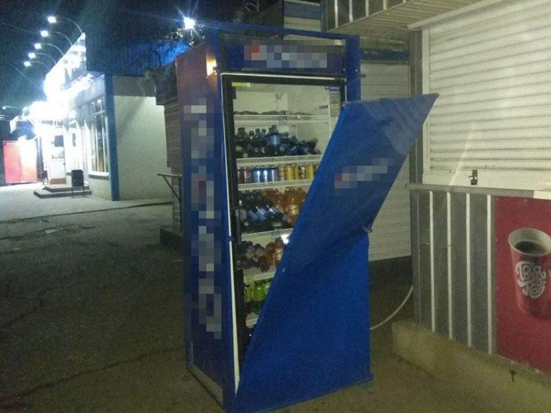 Жажда – все? В Николаеве ночью трое парней попытались вскрыть уличную холодильную камеру у магазина (ФОТО)
