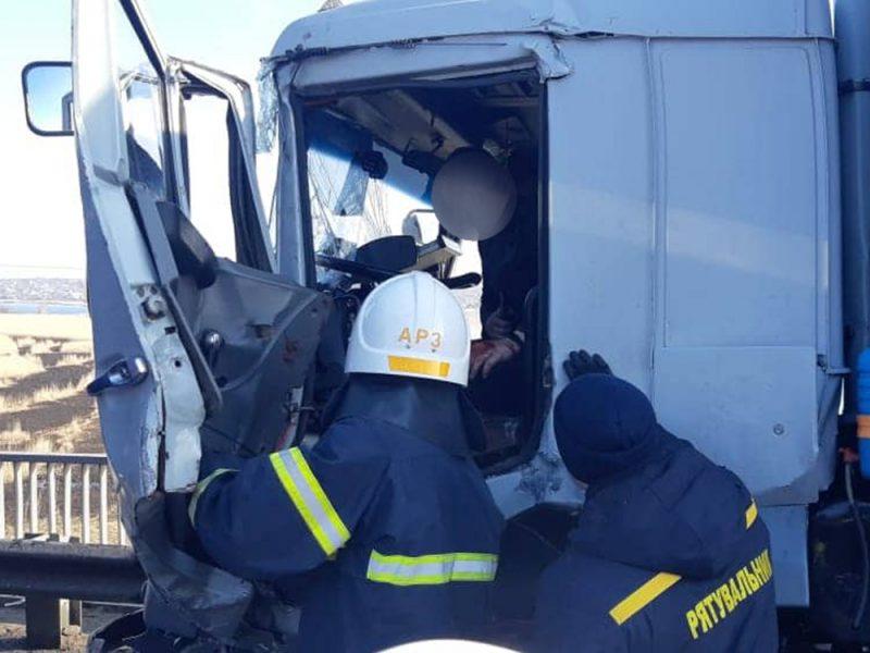 На Николаевщине – еще одно ДТП: столкнулись два грузовика, пострадавшего водителя одного из них пришлось доставать спасателям (ФОТО)