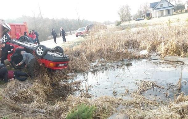 Из водоема на Львовщине вытащили авто с четырьмя трупами