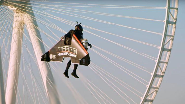 Да потому что он Бэтмен: в Дубае пилот поднялся на реактивном рюкзаке на высоту 2 км (ВИДЕО)