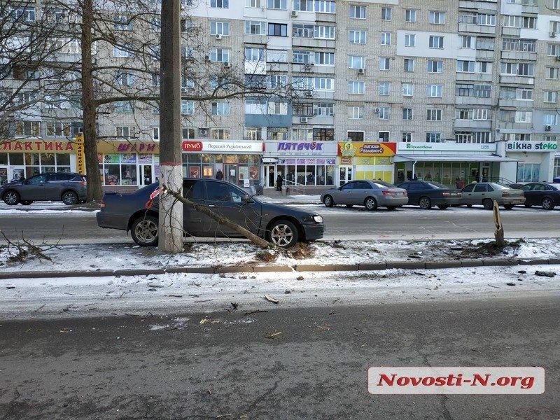 В Николаеве водитель «Ниссана» свалил два дерева и врезался в столб – говорит, что виноват гололед (ФОТО)