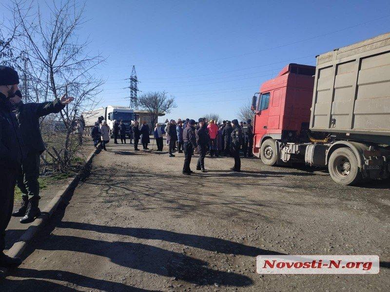 В Николаеве жители перекрыли въезд в порт из-за огромного количества зерновозов