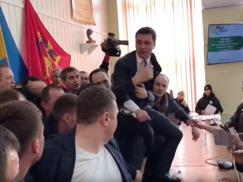Залез на стол. Позорный дебош на сессии горсовета в Мелитополе устроил нардеп от Слуги народа (ВИДЕО)