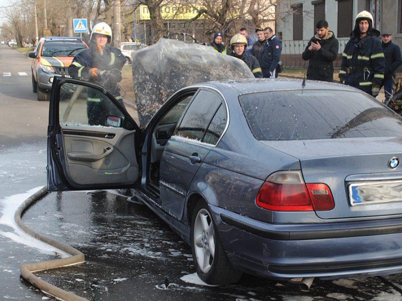 В Николаеве спасатели тушили BMW, который загорелся на ходу (ФОТО)