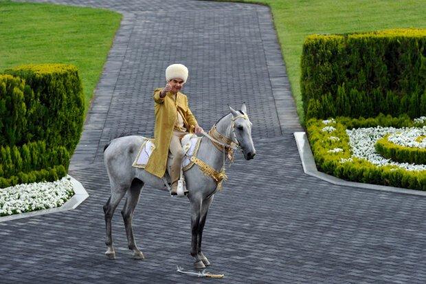 В Туркменистане чиновников и предпринимателей обязали побриться налысо и ходить так 40 дней