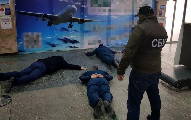 В аэропорту Херсона разоблачили таможенников на систематических взятках