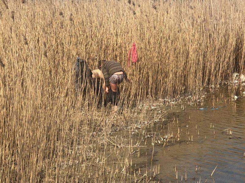 Ох уж эти деточки! В Николаеве двое пацанов решили открыть купальный сезон, но были отловлены спасателями (ФОТО)