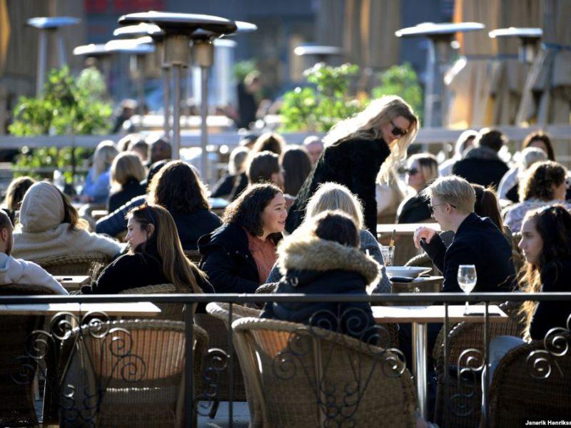 Эпидемия коронавируса по-шведски: работающие магазины, начальные школы и рестораны (ФОТО)