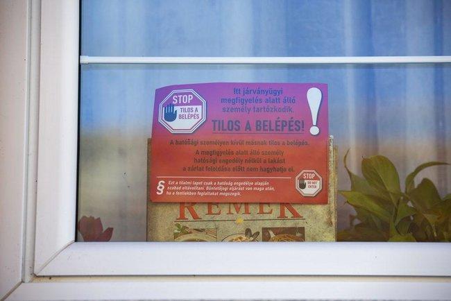 """""""Вход запрещен!"""": в Венгрии больные и с подозрением на COVID-19 обязаны помечать свои жилища наклейками (ФОТО)"""