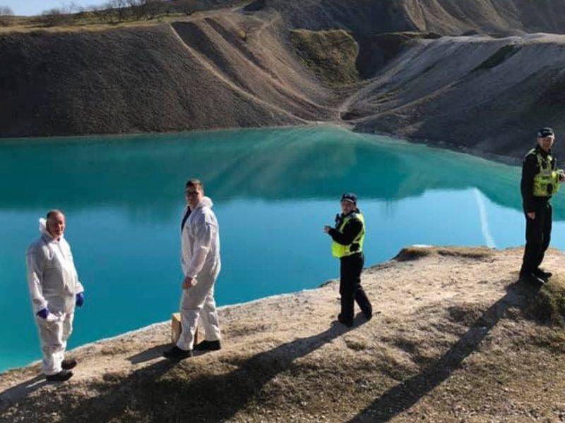 """Полицейским в Британии перекрасили воду местной """"голубой лагуны"""", чтобы отпугнуть любителей селфи"""