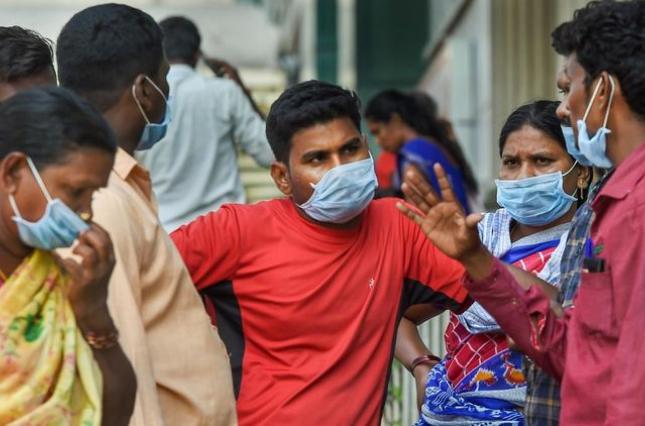 В Индии полиция опрыскала хлоркой 5 тысяч человек – для дезинфекции от коронавируса (ВИДЕО)