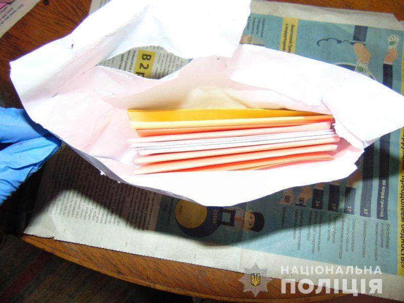 В Николаеве пенсионеры обменяли 56 тысяч гривен и 400 долларов на бумагу