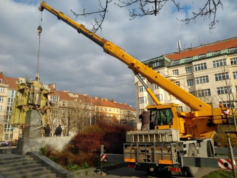 «Он был без маски»: в Праге демонтировали памятник советскому маршалу Коневу