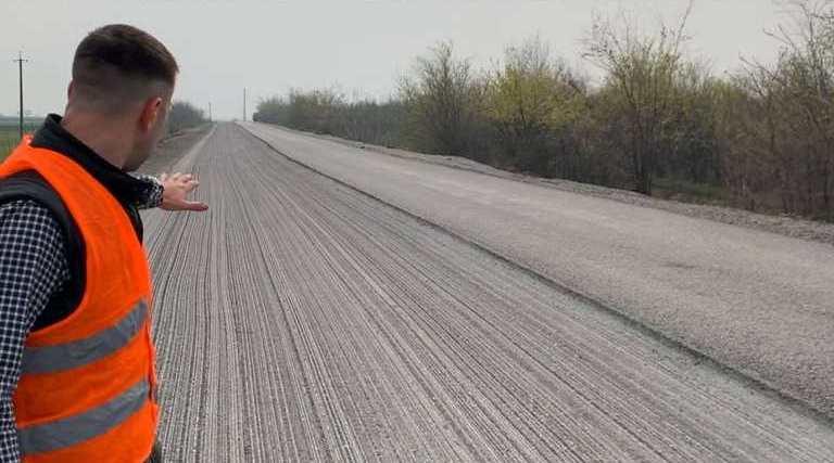Подрядчик переделывает некачественное покрытие на автодороге Н-11 «Днепр-Николаев» – САД (ФОТО)