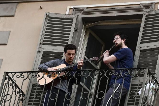 «Они больше не поют»: карантин все больше истощает итальянцев – The Guardian