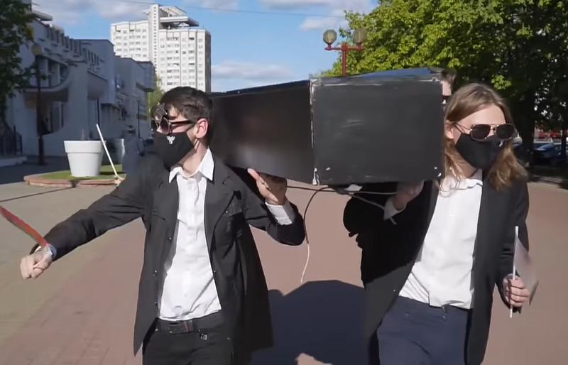 В Минске задержали активистов за танцы с «гробом» (ВИДЕО)
