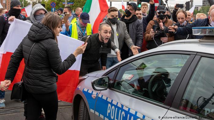 В столице Польши протестовали против карантина – полиция применила газ (ВИДЕО)