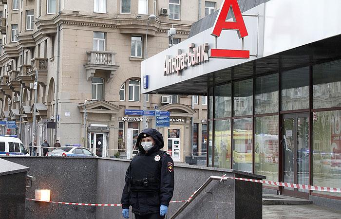 В Москве курьер по доставке еды захватил заложников в банке (ВИДЕО)