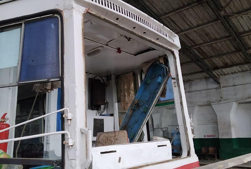 В Николаеве мужчина забросал камнями два трамвая и маршрутку – в одном трамвае разбито лобовое стекло (ФОТО)