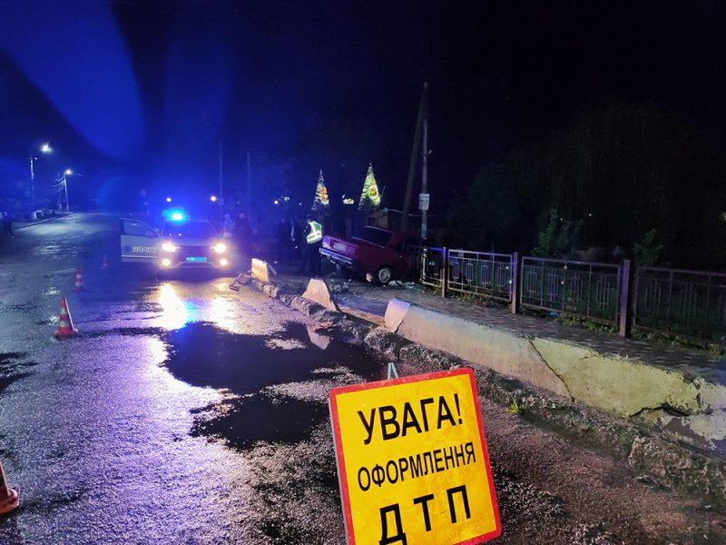 Ночное ДТП в Баштанке: «пятерка» «впилилась» в дорожное ограждение, вызволять авто пришлось спасателям (ФОТО)