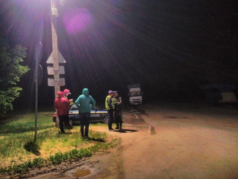 Жители Баштанки вторые  сутки патрулируют трассу Н-11 в городе, чтобы не дать большегрузным фурам раздавить дамбу (ВИДЕО)