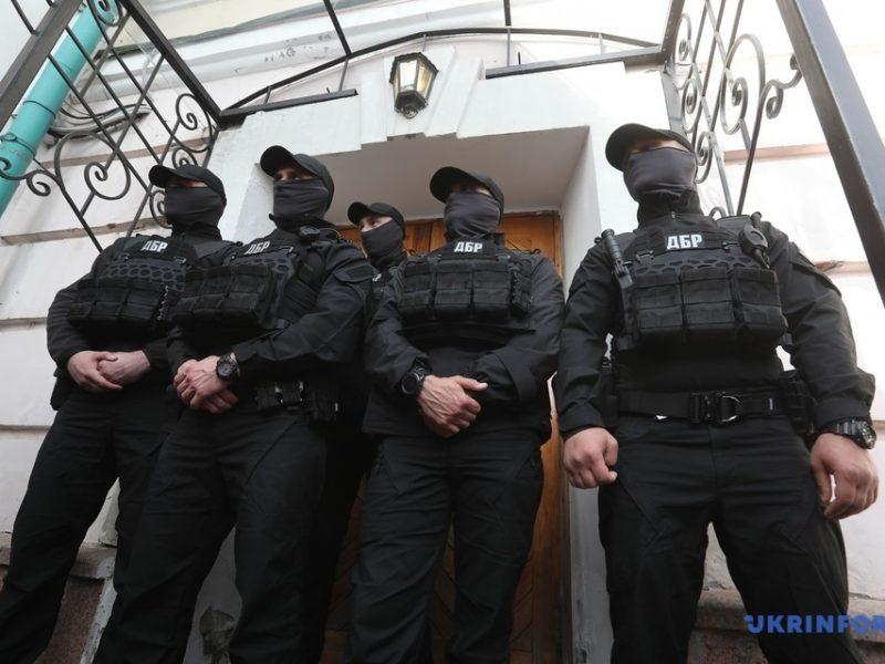 ГБР со штурмом ворвалась в музей, где проходит выставка картин из коллекции Порошенко – директор обратился в полицию (ФОТО, ВИДЕО)
