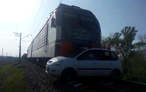 На Днепропетровщине поезд протаранил авто, есть жертвы (ВИДЕО)