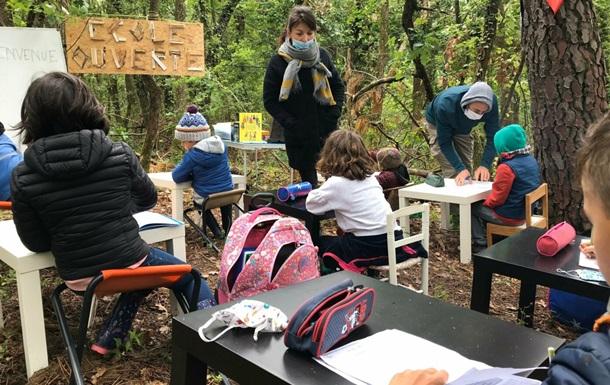 Во Франции организовали школу в лесу