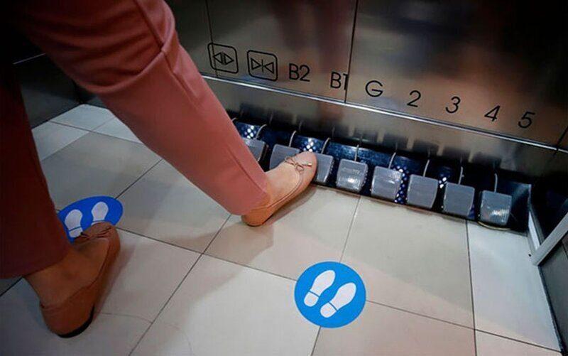 Для предупреждения COVID-19 торговый центр заменил в лифтах кнопки на педали (ФОТО)