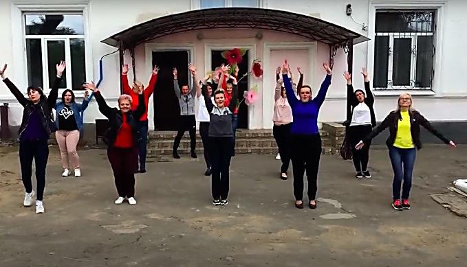 Учителя николаевской школы станцевали для учеников, которые остались без «последнего звонка» (ВИДЕО)