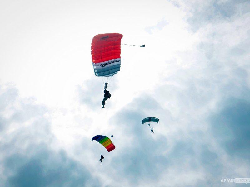 В Николаеве десантирование различной сложности отработали специалисты поисково-спасательных и парашютно-десантных служб (ФОТО)
