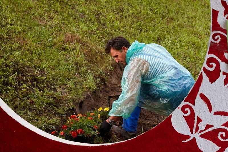 Сделать мир лучше может каждый. Волынский скульптор 20 лет засаживает обочины дорог цветами (ФОТО, ВИДЕО)