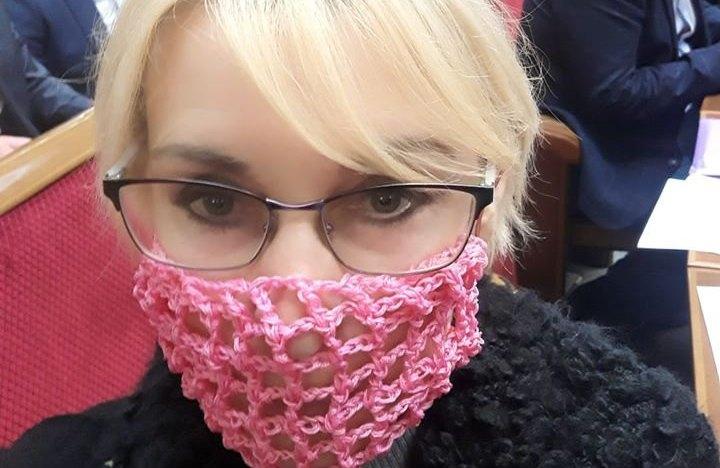 «Это не авоська и не сексуальный атрибут»: депутат из «Слуги народа» в знак протеста пришла в Раду в вязаной маске (ФОТО)