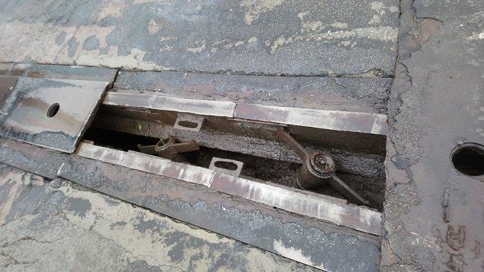 В Киеве на Южном мосту оборвалась часть накрывного покрытия