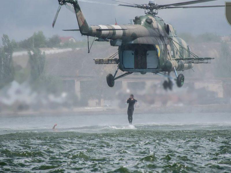 Очаковские «морские котики» отработали десантирование по-штурмовому на воду (ФОТО)
