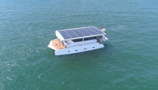 """В Сингапуре представили электрояхту, которая плавает """"нон-стоп"""" (ФОТО)"""
