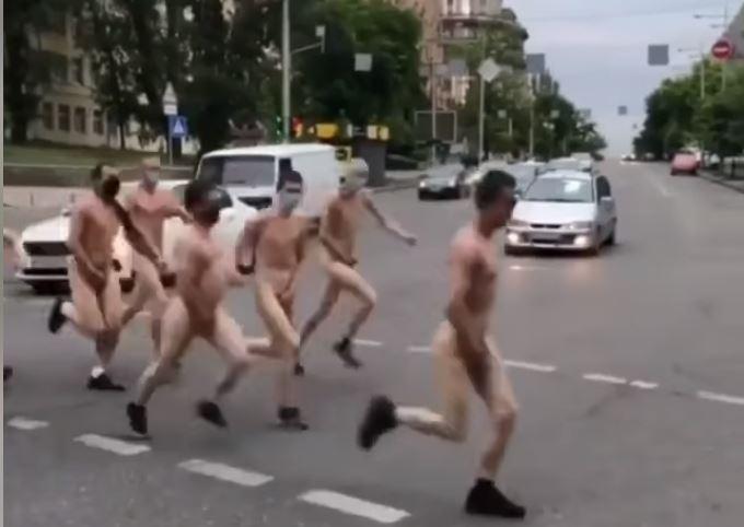 Голые мужчины в масках. В Киеве прошел антикоронавирусный забег (ВИДЕО)