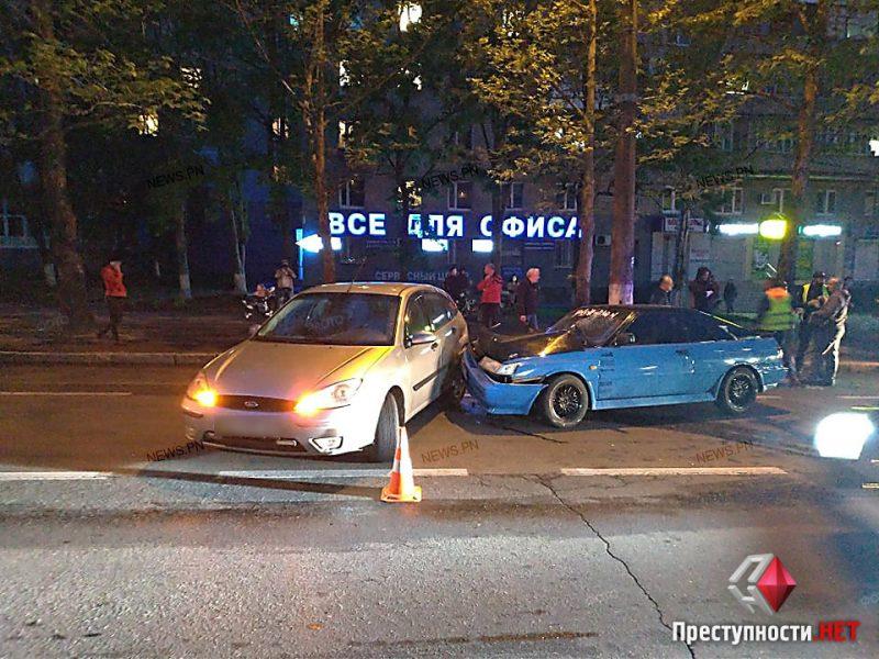 В Николаеве Nissan таранил припаркованный Ford, на Центральном проспекте пробка (ВИДЕО)