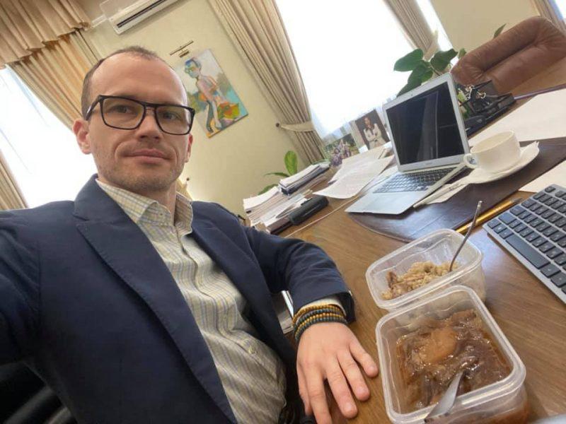 Малюська показал, чем кормят в Лукьяновском СИЗО: каша с мясом замечательные, борщ – не очень (ФОТО)