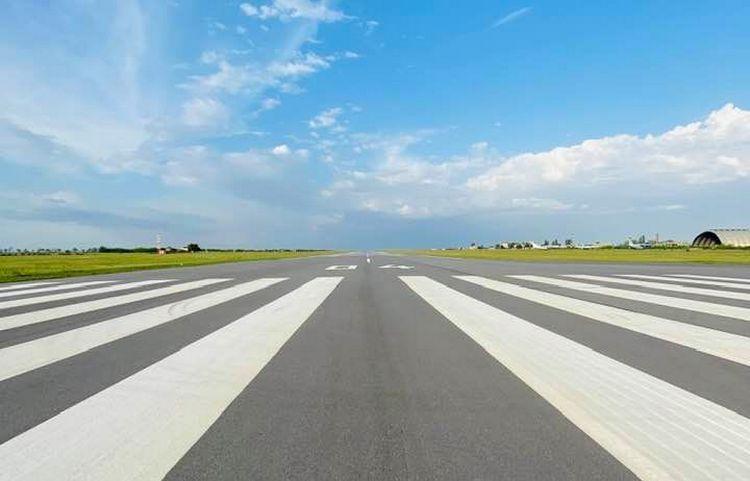 Директор Николаевского аэропорта раскритиковал министра и сослался на указания президента