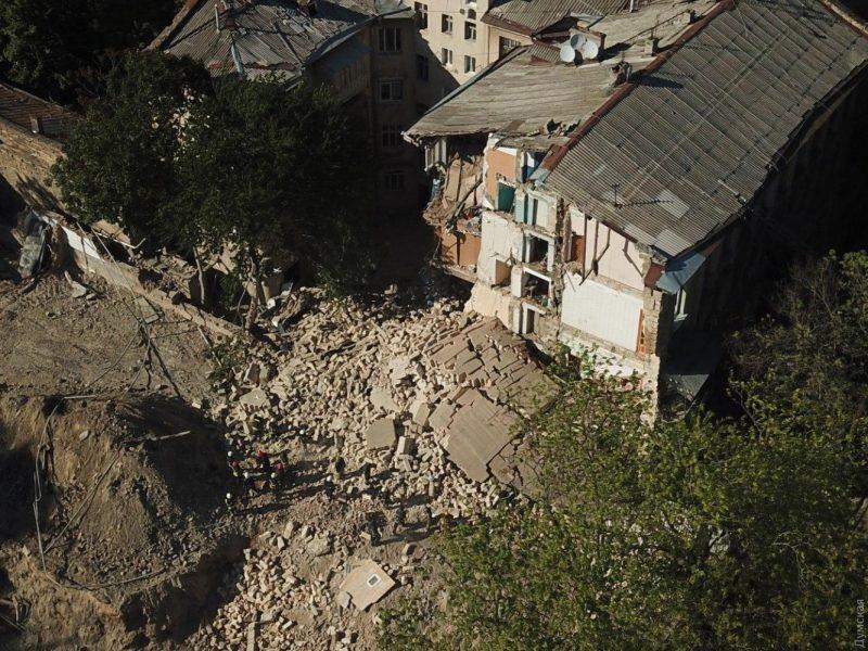 В Одессе рухнула часть старинного жилого дома: под завалами могут быть люди (ФОТО и ВИДЕО)
