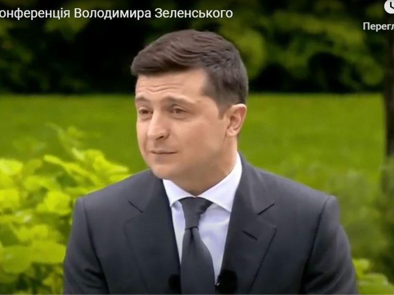Зеленскому перед пресс-конференцией в парке специально грели стул (ВИДЕО)